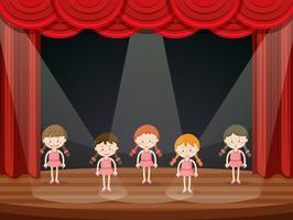 Mädchen führen Ballett auf der Bühne durch