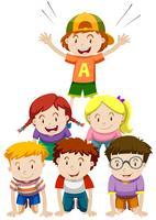 Barn som spelar mänsklig pyramid