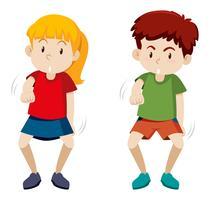 Zwei Kinder, die weißen Hintergrund tanzen