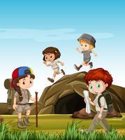 Kinderen kamperen bij de grot