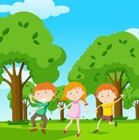Drie kinderen dansen in de tuin