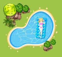 Frau auf schwimmendem Floß im Pool