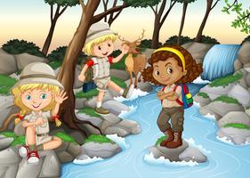 Niños divirtiéndose en la cascada.