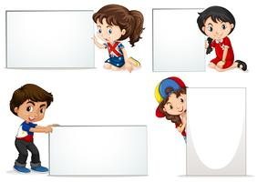 Kinder, die leeres Blatt Bretter halten