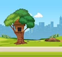 Uma casa na árvore no parque