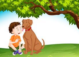 Hond die jonge jongen likken