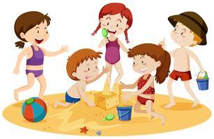 Barnen leker på stranden