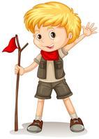 Een blonde jongen die een verkennersuitrusting draagt