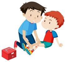 Un hombre ayudando a un niño de primeros auxilios.