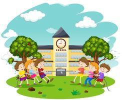 Los niños juegan Tug of War en la escuela