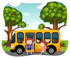 Alunos e ônibus escolar