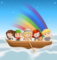 Glückliche Kinder, die in Boot über dem Regenbogen reiten