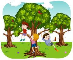 Glad pojkar leker i naturen