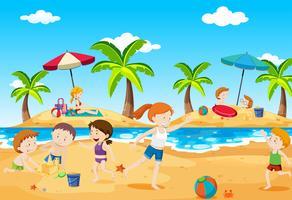 Enfants jouant à la plage en été