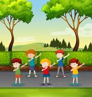 ensemble d'enfants tamponnant dans le parc