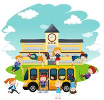 Barn som leker framför skolan och bussen