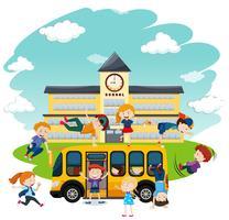 Niños jugando frente al colegio y al autobús.