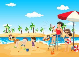 Salva-vidas na praia segurando o megafone