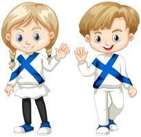 Menino finlandês e garota acenando Olá