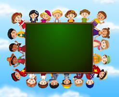 Grupo de crianças em torno de quadro de giz