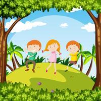 Kinderen dansen in een tuin