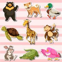 Juego de pegatinas con animales salvajes sobre fondo rosa.