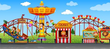 Feliz criança na feira de diversões