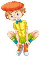Gelukkige jongen in geel shirt