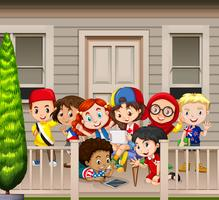 Beaucoup d'enfants debout sur un balcon