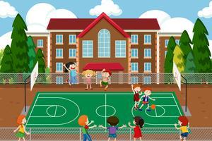 Pojkar spelar basket spel