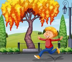 En glad pojke i parken
