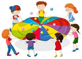 Barn spelar spel av balansering bollar på ark
