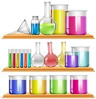 Equipo de laboratorio lleno de productos químicos.