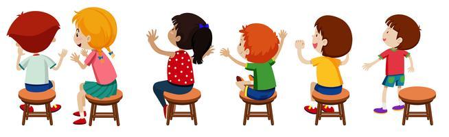 Barn som sitter på stolar