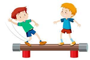 Chicos de pie en la barra de equilibrio