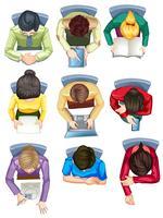 Conjunto de pessoas sentadas na mesa vista aérea