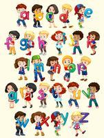 Niños y niñas con alfabeto inglés.