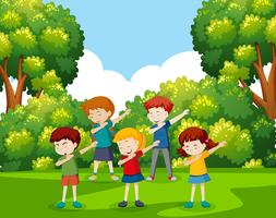 En grupp barn dansar på parken