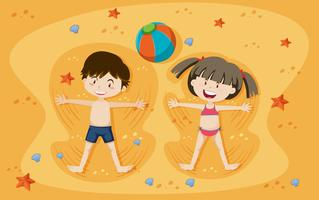 Feliz niño y niña jugando en la arena