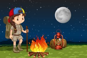 En tjej camping på natten