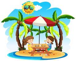 Barn njuter av lunch på stranden
