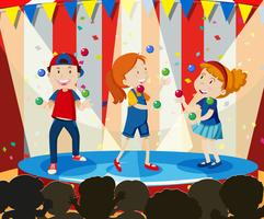 As crianças realizam malabarismo no palco