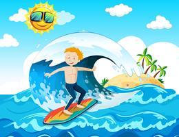 En surfare njuter av surfning vid havet