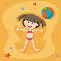Ein Mädchen, das am Sand spielt
