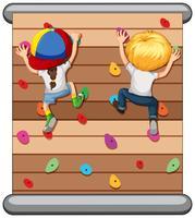 Kinder klettern an der Wand
