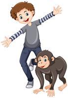 Liten pojke med söt schimpans