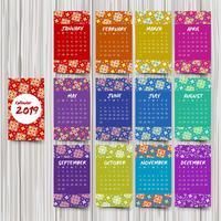 Jaarlijkse kalender met kleurrijke patronen
