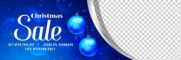 vacker julförsäljnings banner med bollar dekorationer