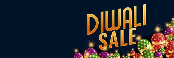 glad diwali försäljning banner med brinnande crackers