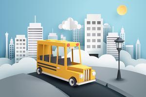 Papierkunst van schoolbus die uit de stad loopt